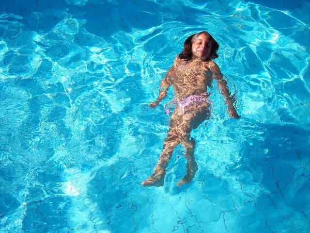 dítě v bazénu