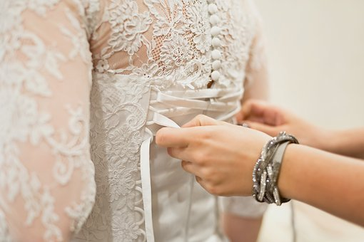 zavazování svatebních šatů